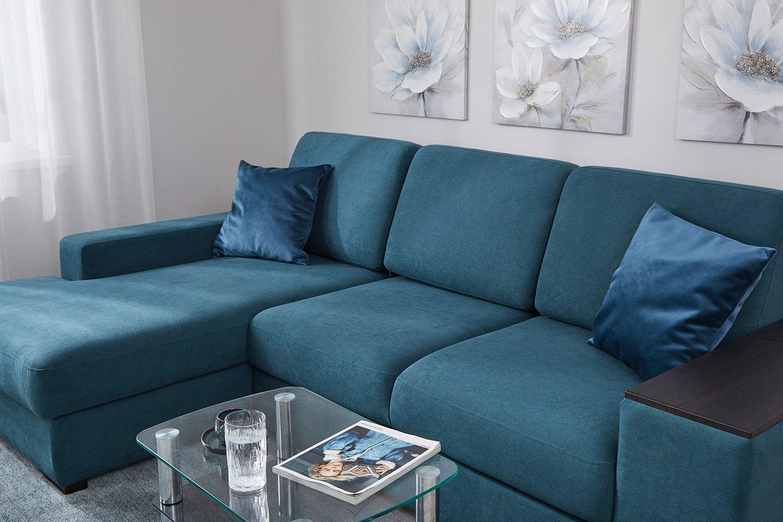 местность простирается угловые диваны с берюзовава желтыми подушками фото чистые влажные