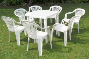 Пластиковый стол и стулья для дачи  б/у